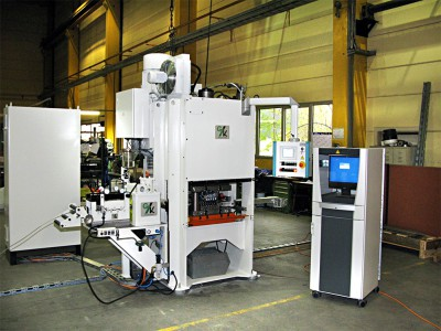 Punching unit, part of a production line for manufacturing steel grating bars